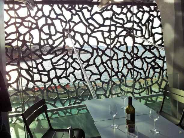 bar du Mucem..une fenêtre sur la mer et l'entrée du Vieux Port